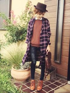 11茶色のショートブーツ×チェックロングシャツ×茶色ニットセーター