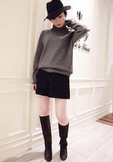 4黒のロングブーツ×グレーニットセーター×タイトスカート