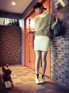 1白のブーティ×ニットセーター×ミニタイトスカート