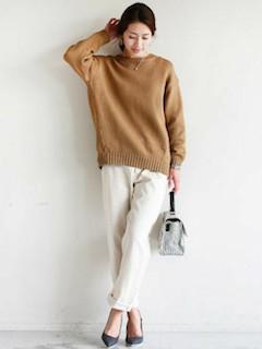 ベージュのニット・セーター×白のパンツ×グレーのパンプス