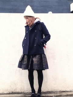 7ネイビーのPコート×カモフラ柄スカート×ニット帽子
