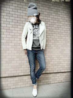 5白のライダースジャケット×トレーナー×ジーンズ