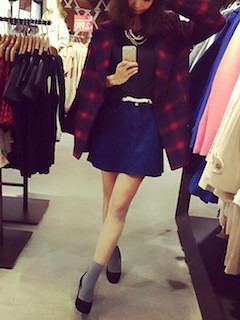 チェック柄の赤のPコート×黒のカットソー×デニムスカート