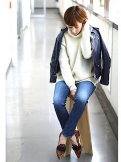 6青のライダースジャケット×白セーター×ジーンズ