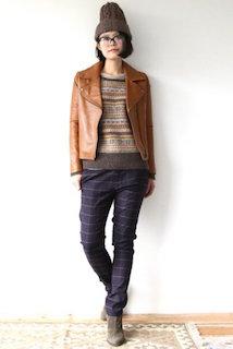 7ブラウンのライダースジャケット×セーター×チェック柄パンツ