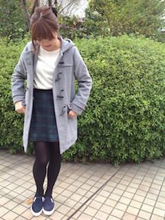 8グレーのダッフルコート×白トップス×チェック柄スカート