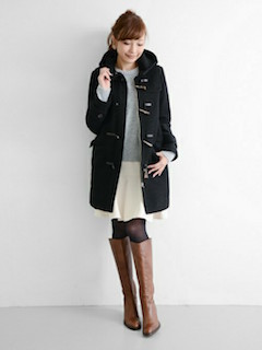 8黒のダッフルコート×白フレアスカート×ロングブーツ