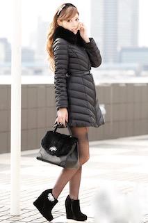6黒のダウン×黒厚底ブーツ×黒ハンドバッグ