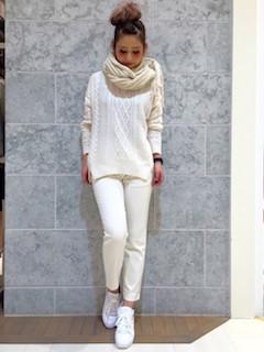 7白のマフラー・ストール×白ニットセーター×白デニムパンツ