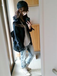 11黒のマウンテンパーカー×白Tシャツ×ジーンズ