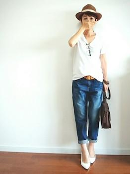 4 VネックのTシャツ×ジーンズ×白ハイヒール