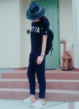 4ネイビーのジョガーパンツ×プリントTシャツ