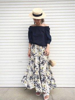 黒のオフショルダーブラウス花柄のマキシスカート×サンダル