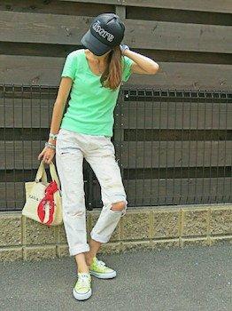 コンバースのスニーカー×蛍光カラーTシャツ×白デニムパンツ