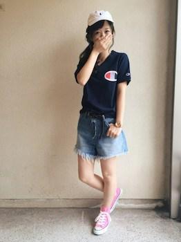 コンバースのスニーカー×ブランドTシャツ×デニムミニスカート
