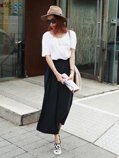 1黒のスカーチョ×UネックTシャツ
