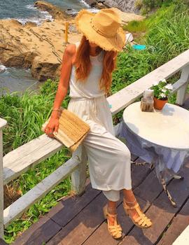 8マキシ丈コットンワンピース×麦わら帽子×リゾートファッションコーデ