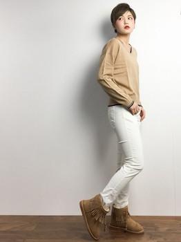 4白のコーデュロイパンツ×UネックTシャツ×ショートブーツ