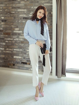 11スキッパーシャツ×白テーパードパンツ×スカーフ
