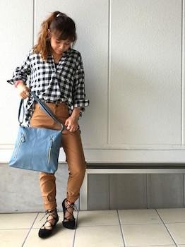 13スキッパーシャツ×カラーパンツ×ショルダーバッグ