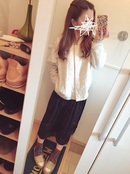 8黒のプリーツスカート×スカジャン×ローシューズ