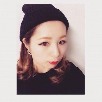 黒ニット帽×内巻きカールのニット帽に合う髪型
