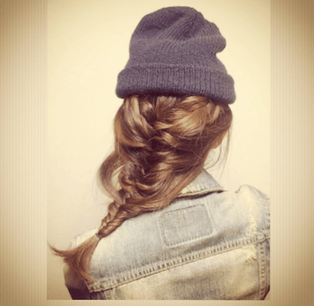 ダークグレーニット帽×フィッシュボーンテールのニット帽に合う髪型