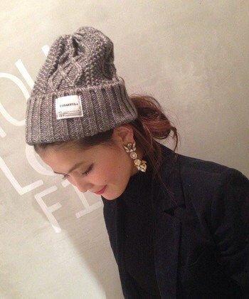 ケーブル編みニット帽×ルーズくるりんぱのニット帽に合う髪型