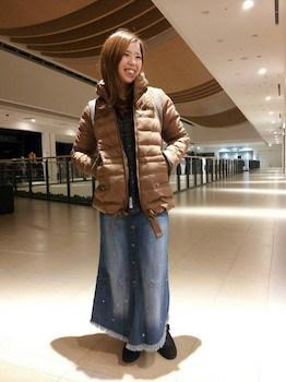 茶色のダウンジャケット×ネルシャツ×デニムロングスカート