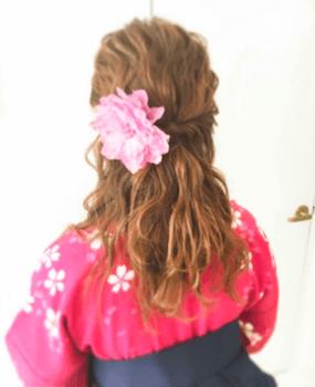 7卒業式で袴に合うネジリゆるふわのセミロングの髪型