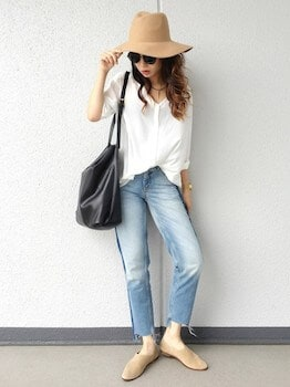 バブーシュパンプス×白シャツ×ジーンズ