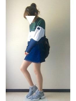 グレーのスニーカー×ボーダーTシャツ×ミニスカート