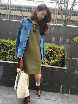 デニムシャツ×ニットワンピーススカート×革靴