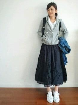 グレーのパーカー×白Tシャツ×フレアスカート