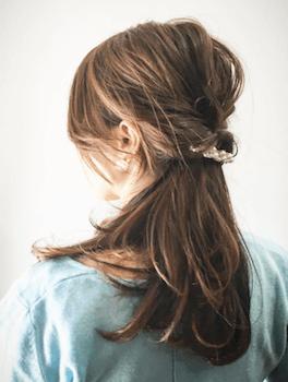 入学式でスーツに合うレディースのネジリハーフアップの髪型