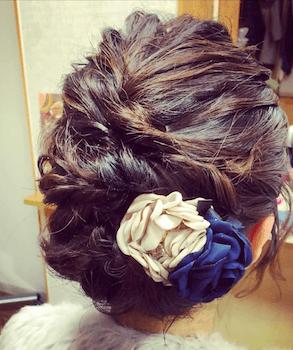 卒業式でスーツに合うネジリ花飾り留めのショート・ボブの髪型