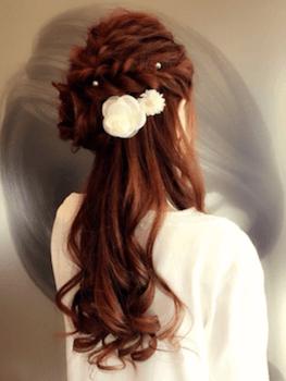 卒業式でスーツに合うレディースのロングのクラウン編み&花飾りの髪型