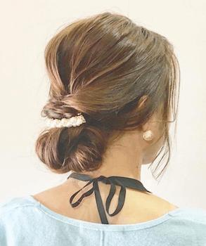 入学式でスーツに合うレディースのネジリバレッタアップの髪型