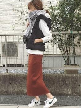 白のパーカー×ダウンベスト×ロングタイトスカート