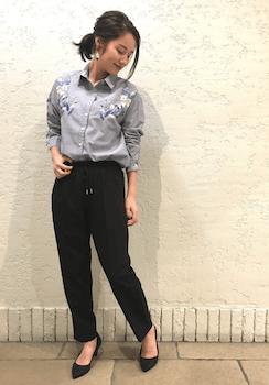 刺繍ブラウス×ジョガーパンツ×黒ハイヒール