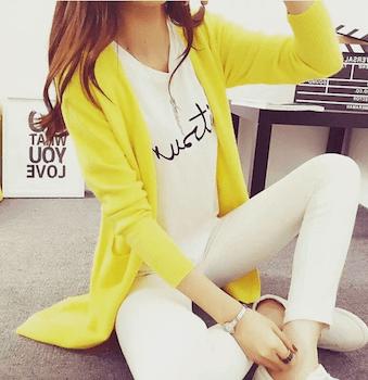 黄色のカーディガン×プリントTシャツ×白デニムパンツ
