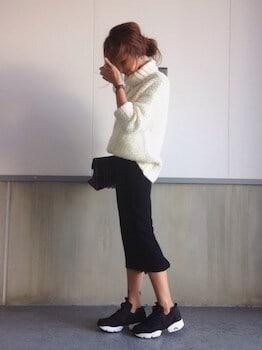 黒のスニーカー×タートルネックニット×タイトスカート