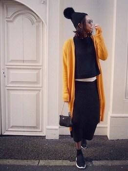 黄色のカーディガン×黒ハイネック×黒ロングスカート