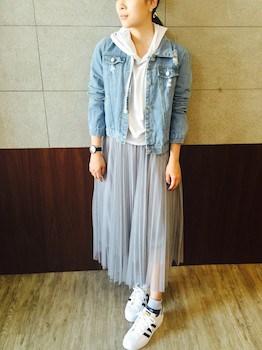 白のパーカー×Gジャン×プリーツスカート