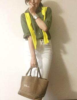 黄色のカーディガン×カラーシャツ×白デニムパンツ