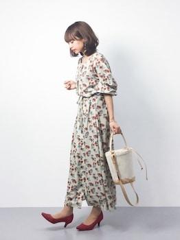 花柄ワンピース×パンプス×ハンドバッグの春服コーデ
