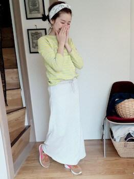 ナイキのスニーカー×カラーTシャツ×マキシ丈スカート