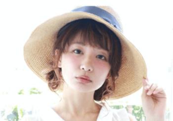 麦わら帽子に似合う髪型9:カールアップ