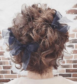 結婚式で人気のショートのオーガンジリボン留めの髪型
