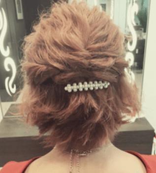 結婚式で人気のショートのサイドねじりハーフアップの髪型